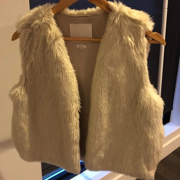 Wilfred (Aritzia) cream faux fur vest